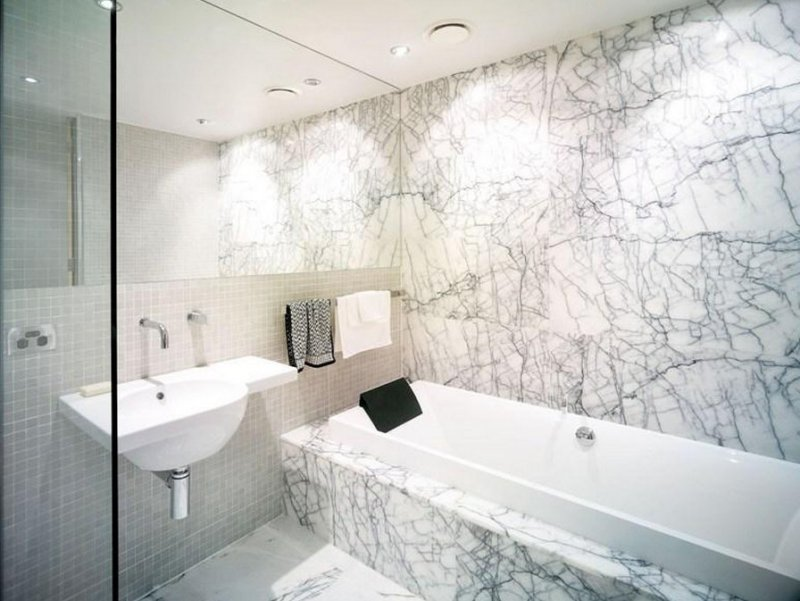salle-bain-travertin-imitation-marbre-blanc-motifs-gris ...